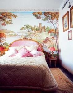стену украшает панно