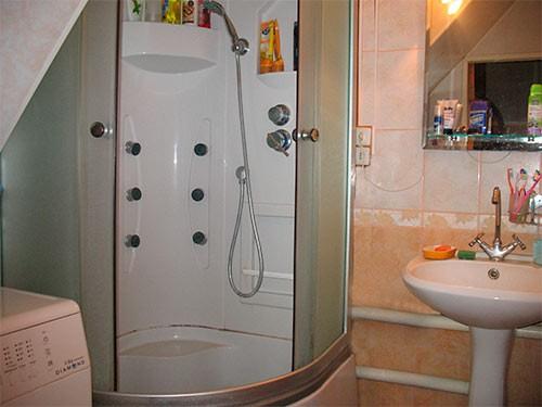 душевая кабинка в небольшой ванной
