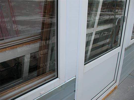 промежуток между окном и балконной дверью