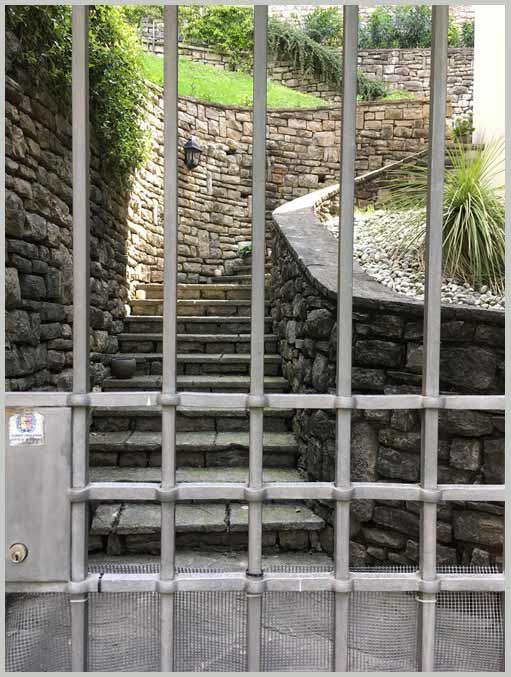 каменный забор