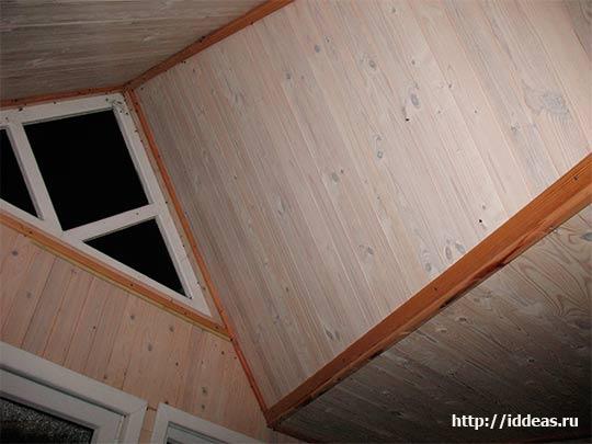 отделка потолка в загородном доме