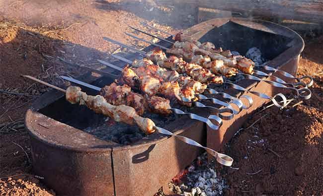 готовить пищу на углях