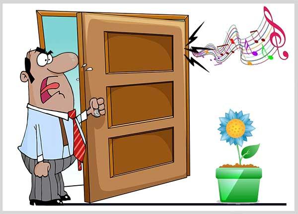 скрипит дверь