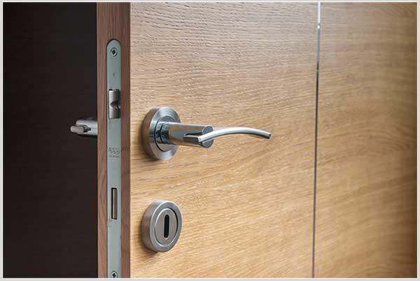дверь царапает пол