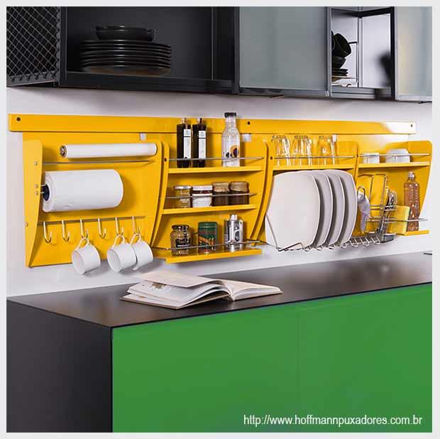 желтые кухонные полки