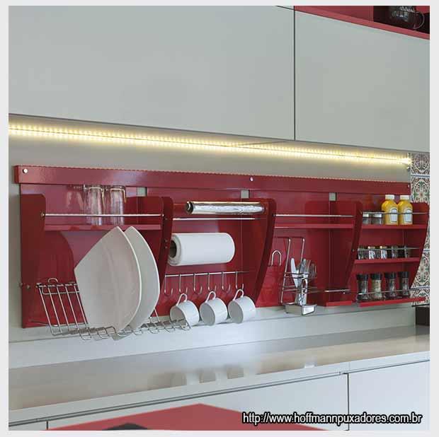 красные кухонные полки