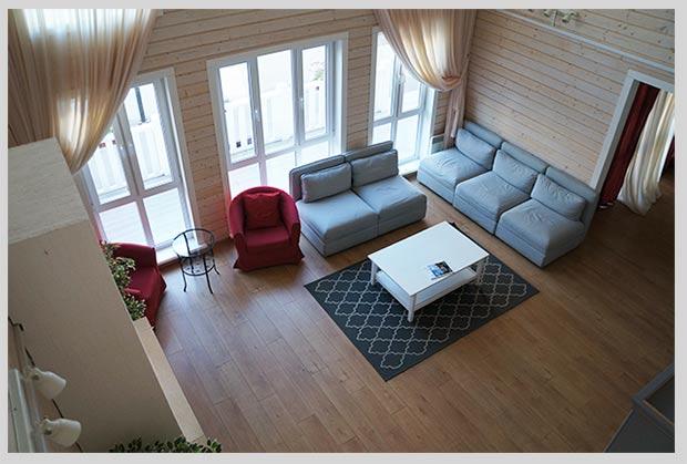 гостиная с высоким потолком