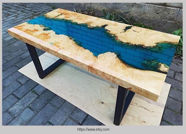 дизайн стола с голубой рекой