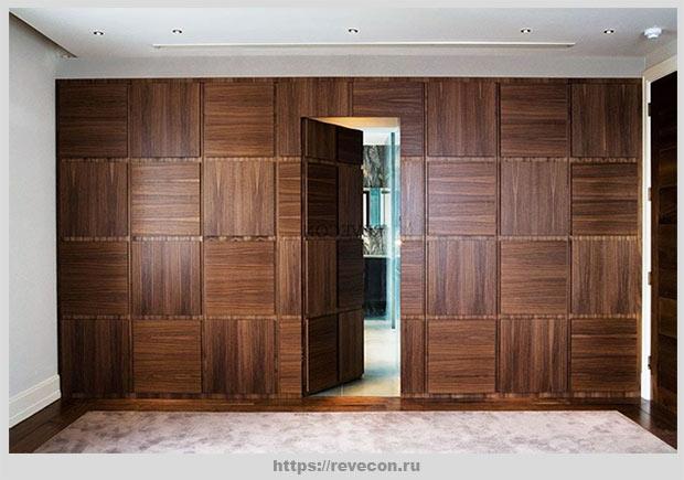 дверь за панелями